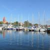 Auch für Segler ist das Ostseebad Rerik bestens geeignet. Hier der Hafen am Salzhaff mit dahinter liegender St. Johannes Kirche.
