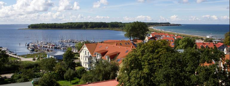 Blick von Rerik auf die Halbsinsel Wustrow. Rechts ist die Ostsee zu sehen, links das Salzhaff.