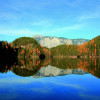 Besonders schön ist das Farbenspiel der spiegelnden Bäume im Herbst am Piburger See.