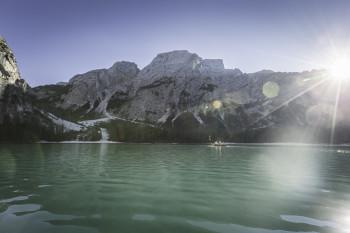 Der Pragser Wildsee liegt im Pragser Tal inmitten der Pragser Dolomiten.