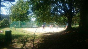 Der Beach-Volleyball-Platz ist nur eine der zahlreichen Freizeitbeschäftigungen