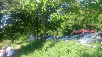 Die Parkplätze befinden sich oberhalb des Sees. Kleine Trampfelpfade führen direkt zur Liegewiese