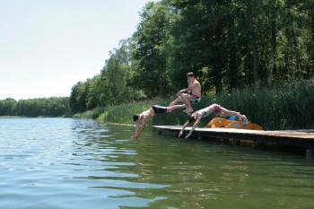 Am Ranziger See gibt es sowohl Sand- als auch Grasstrände.