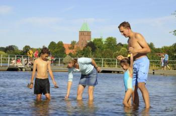 Einen flachen Kinderbadebereich gibt es an der Schlosswiese in Ratzeburg.