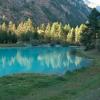 Türkisblau schillert das Wasser des Schalisees