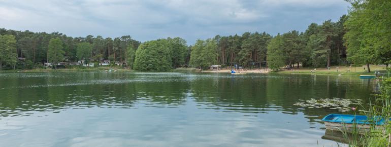 Der Blick über den Schervenzsee auf das Nordufer mit den ausgewiesenen Liegeflächen und dem Campingplatz.