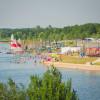 Die Schladitzer Bucht bietet für jeden Geschmack etwas - egal ob Segeln, Surfen oder einfach nur Schwimmen.