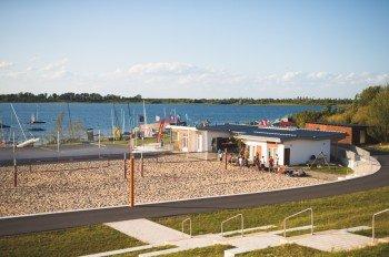Rund ums Wasser gibt es zahlreiche Freizeitaktivitäten, darunter auch einen Beachvolleyball-Platz.