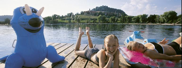 Mit einem abwechslungsreichen Freizeitangebot bietet das Seebad in Riegersburg Spaß für die ganze Familie.