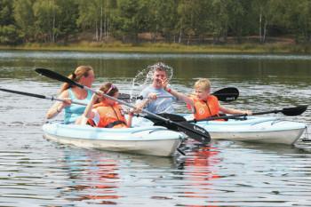 Am See können Ruder- und Tretboote ausgeliehen werden.