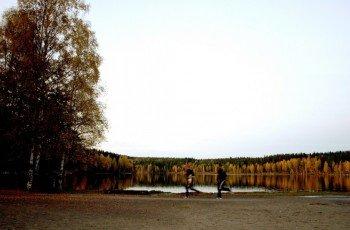 Um den See führt ein Rundweg für Jogger