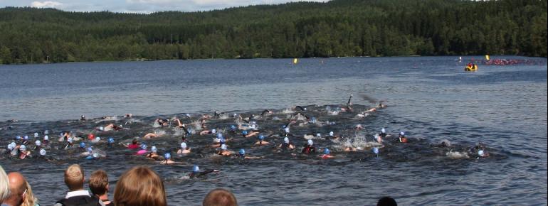 Am und auf dem See findet jährlich der Oslo Triathlon statt