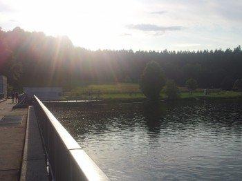 Der Stausee Oberilzmühle liegt direkt am Wasserkraftwerk und bietet eindrucksvolle Kontraste