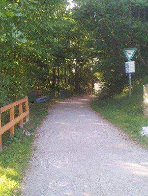 Dieser Weg führt über den Staudamm zum Stausee Oberilzmühle