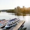 Bei einer Bootsrundfahrt kann man den fjordähnlichen Stausee vom Wasser aus erkunden.