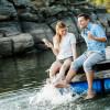 Mit einem Eis in der Hand lässt sich die Zeit am Wasser an heißen Sommertagen besonders genießen.