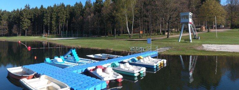 Blick auf die Liegewiese am Stausee Rabenstein. Hier können auch die Tret- und Ruderboote ausgeliehen werden.