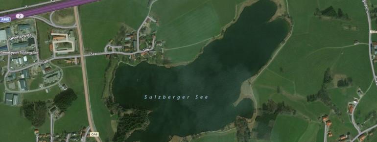 Der Sulzberger See liegt etwa 7 Kilometer von Kempten im Allgäu entfernt.