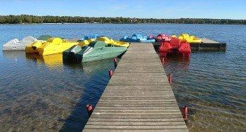 Die bunten Tretboote kannst du dir ausleihen und damit den See erkunden