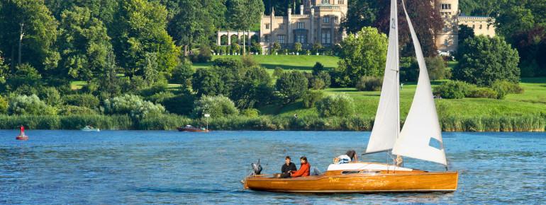 Mit dem Segelboot kannst du über den Tiefen See schippern und kommst dabei am Rande auch am Großen und Kleinen Schloss Babelsberg vorbei.