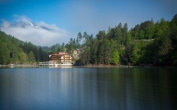 Zwischen Wäldern und Bergen gelegen: der Tristacher See