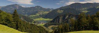 Der Walchsee wird vom Kaisergebirge und den Chiemgauer Alpen eingerahmt