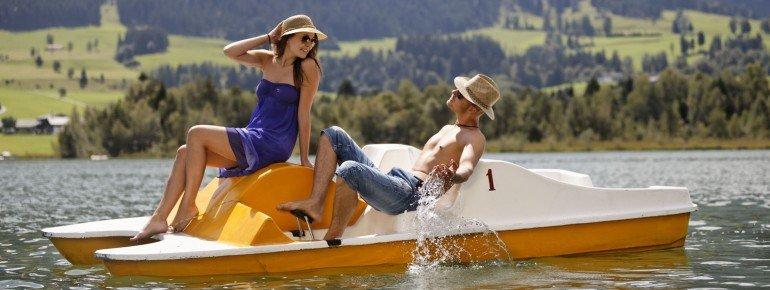 An den Uferbereichen können gegen Gebühr Tretboote entliehen werden
