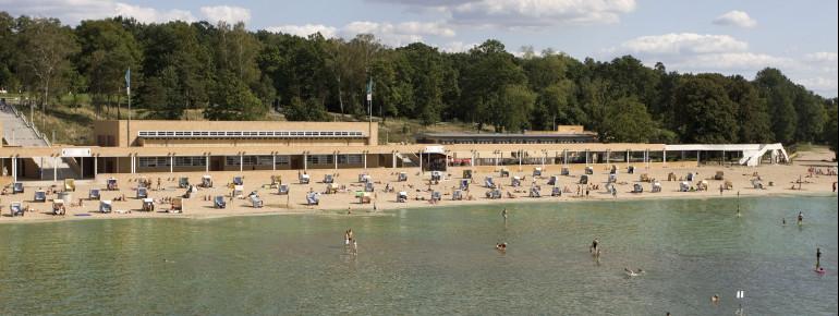 Der ein Kilometer lange Sandstrand am Strandbad Wannsee lädt zum entspannen ein.