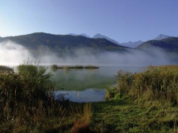 Der Weißensee ist umgeben von einer idyllischen Bergwelt.