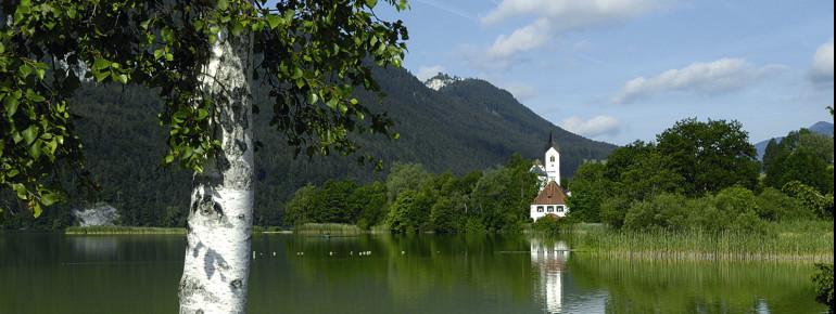 Die Pfarrkirche St. Walburga befindet sich direkt am Weißensee.