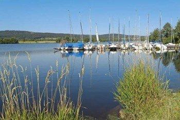 Blick auf den Segelhafen am Südostufer des Weißenstädter Sees