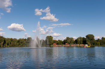 Der Weissensee im Berliner Bezirk Pankow hat auch eine große Wasserfontäne zu bieten, die du am besten von der Terrasse des Strandbades beobachten kannst.