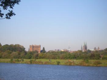 Der Werdersee liegt zentral in der Innenstadt Bremens.