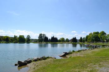 Große Wiesenflächen laden zum Sonnenbaden und Entspannen ein.