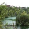 Mit Blick auf die Burghauser Burg kannst du im Wöhrsee baden und schwimmen gehen.