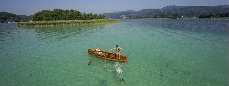 Das türkisblaue Wasser ist charakteristisch für den Wörthersee