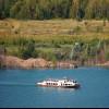Auf dem Zwenkauer See ist der Ausflugsdampfer Santa Barbara unterwegs.