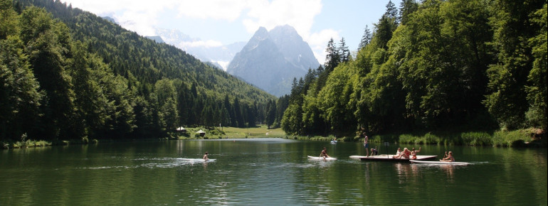 Lake Rießersee is idylically located south of Garmisch.