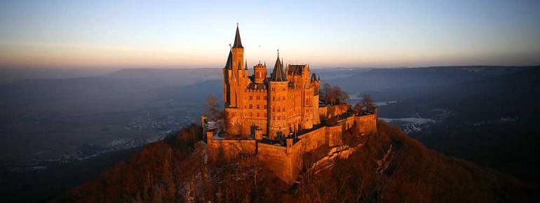 Hoch oben thront die Burg Hohenzollern