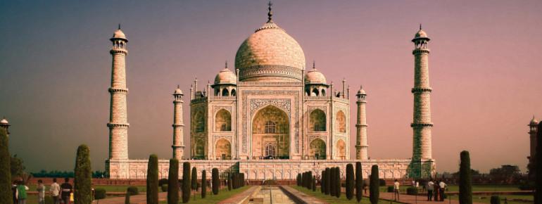 Das imposante Grabmal Taj Mahal ist ein Wahrzeichen Indiens.
