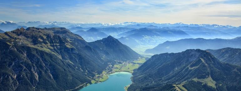 Die Landschaft Österreichs ist geprägt von den mächtigen Alpen.