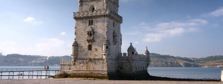 Blick auf den Torre de Belém am Tejo in Lissabon
